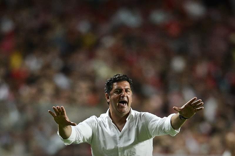 Rui Vitória dá indicações durante o jogo da Eusébio Cup contra o Torino