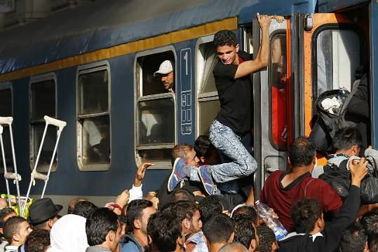 Refugiados tentam entrar num comboio