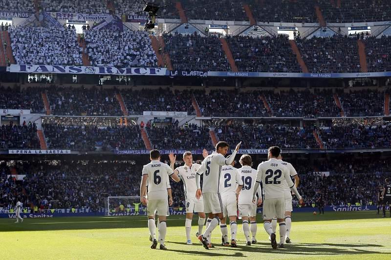 Jogadores do Real Madrid celebram vitória no Estádio Santiago Bernabéu