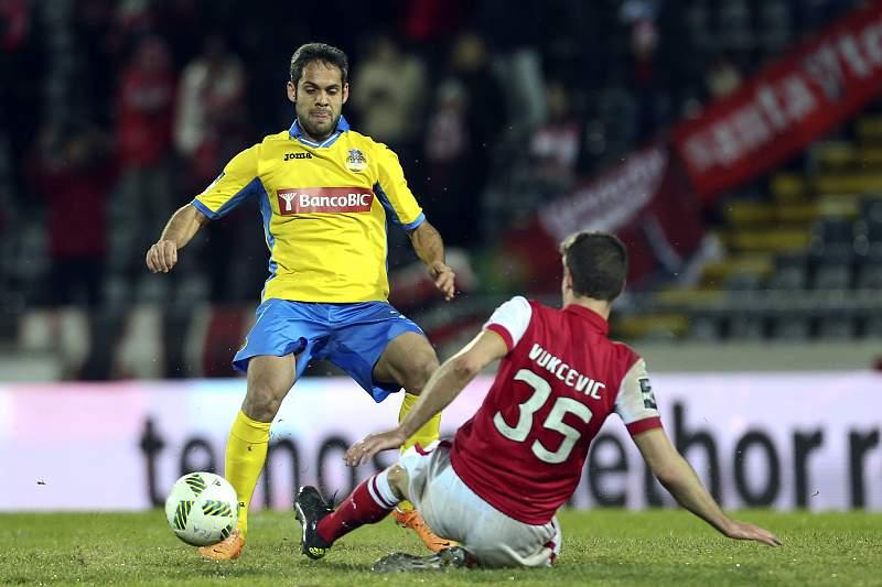 Adilson (E) do Arouca luta pela bola com Vukcevik, do Braga