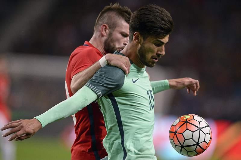 André Gomes disputa uma bola com Veton Berisha da Noruega