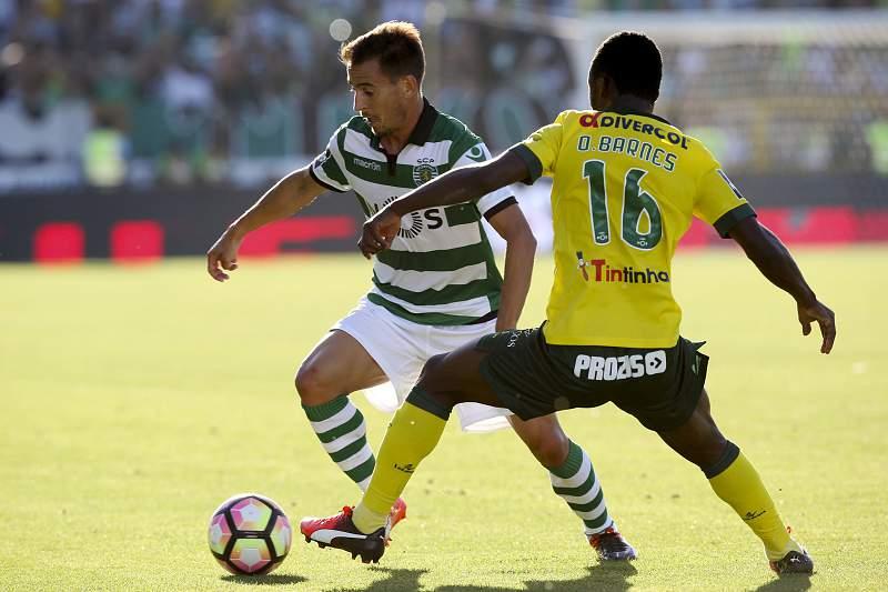 João Pereira passa por Barnes Osei durante o jogo entre Paços de Ferreira e Sporting