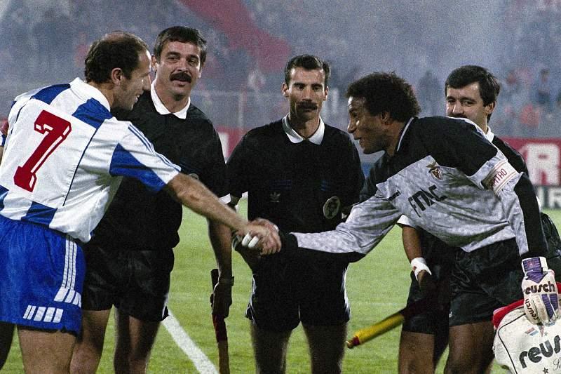 Jaime Magalhães cumprimenta Neno antes de um 'clássico' entre Benfica e FC Porto no Estádio da Luz em 1991