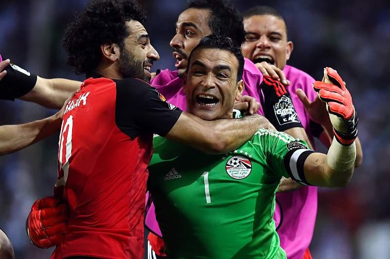 O guarda-redes egípcio Essam El-Hadary celebra a passagem à final da CAN2017