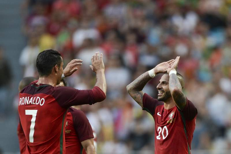 Cristiano Ronaldo e Quaresma festejam na partida frente à Estónia no estádio da Luz