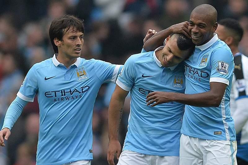 Sergio Aguero celebra o quinto golo pelo Manchester City com Fernandinho e David Silva