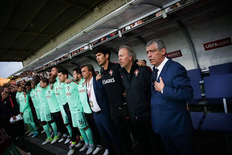 Fernando Santos durante o hino de Portugal