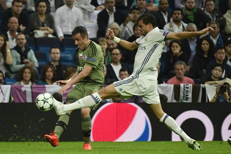 Pepe tenta cortar um centro de Miroslav Radovic no jogo entre Real Madrid e Légia de Varsóvia