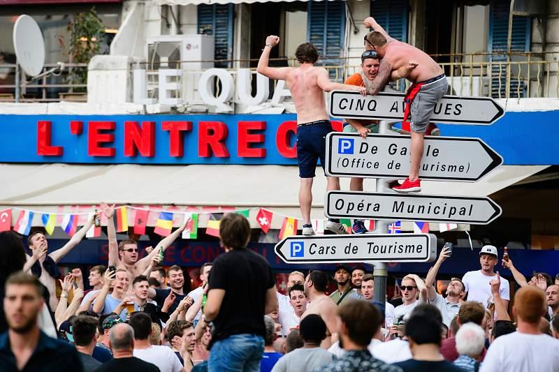 Euro2016: Adeptos ingleses espalham o ´caos` em Marselha