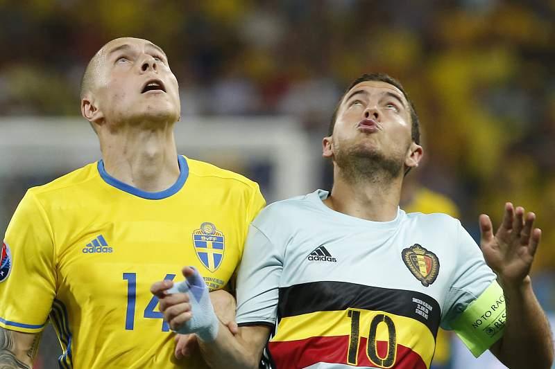 Eden Hazard disputa uma bola com Victor Lindelof