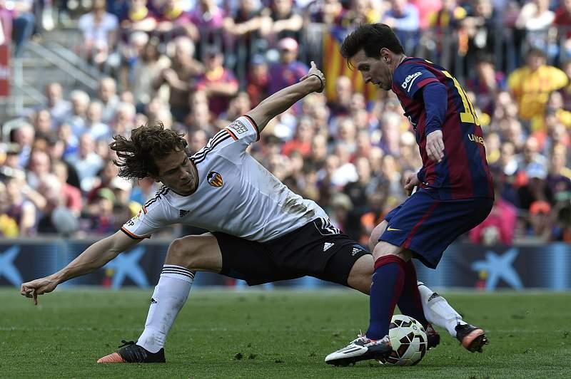 Messi controla a bola perante Lucas Orban
