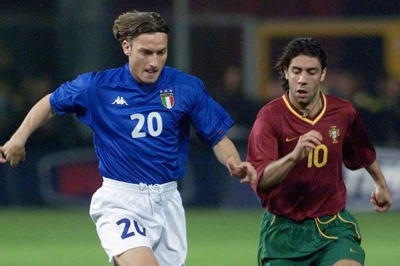 Rui Costa e Totti num 'amigável' entre Portugal e Itália em 2000
