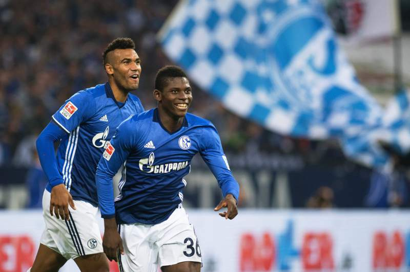 Breel Embolo e Eric-Maxim Choupo-Moting celebram um golo pelo Schalke 04