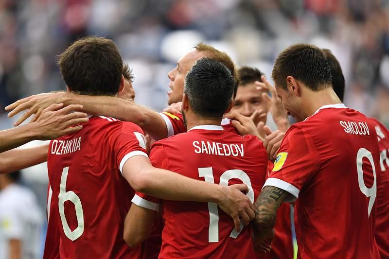 Jogadores russos comemoram um golo diante da Nova Zelândia no jogo inaugural da Taça das Confederações