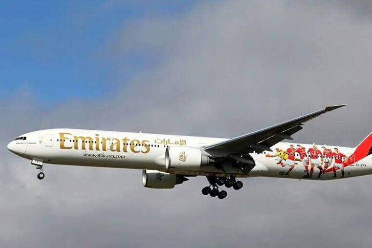 Avião da Fly Emirates com imagem do Benfica