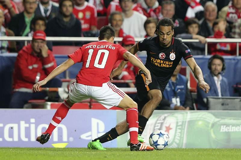 Jason Denayer em ação no Estádio da Luz no jogo entre Benfica e Galatasaray