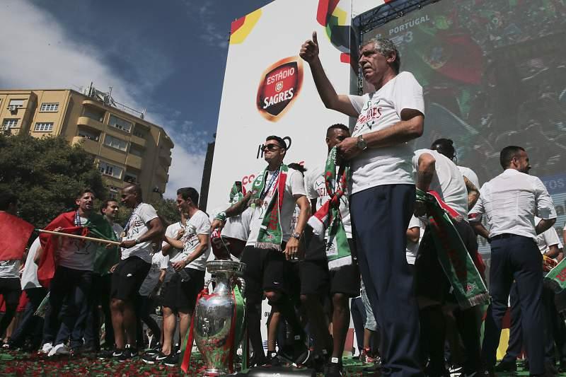 Fernando Santos celebra com os adeptos na Alameda