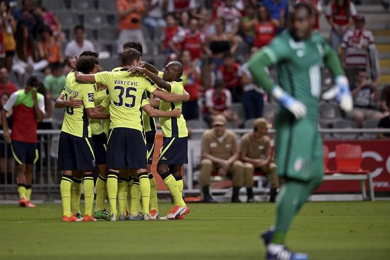 Jogadores do SC Braga celebram a marcação de um golo contra a equipa do Lille