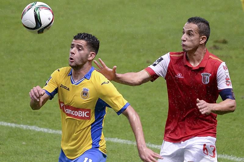 Mauro do Sporting de Braga disputa a bola com Ivo Rodrigues do Arouca