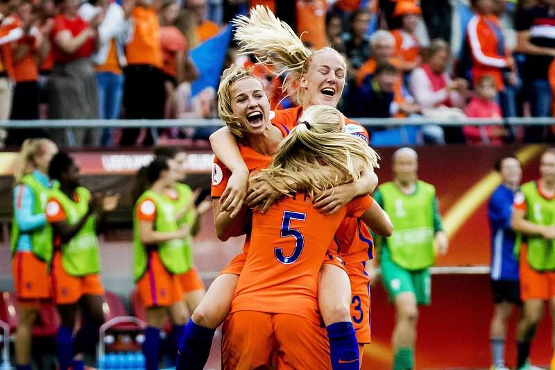 Jogadores da Holanda celebram um golo