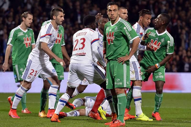 Jogadores do Lyon e do Saint-Étienne em ação durante o jogo da 33ª jornada da liga francesa