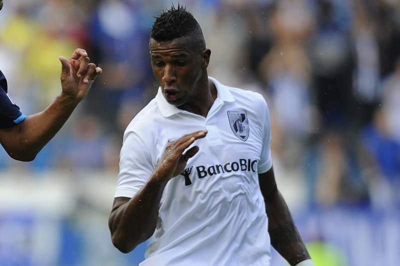Cafú disputa uma bola com Casemiro do FC Porto na época passada