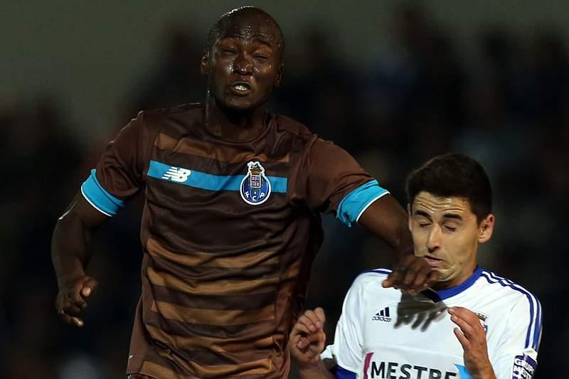 Danilo (E) disputa a bola com Fabinho