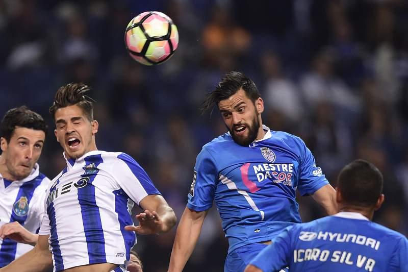 Vítor Bruno disputa uma bola com André Silva e Marcano