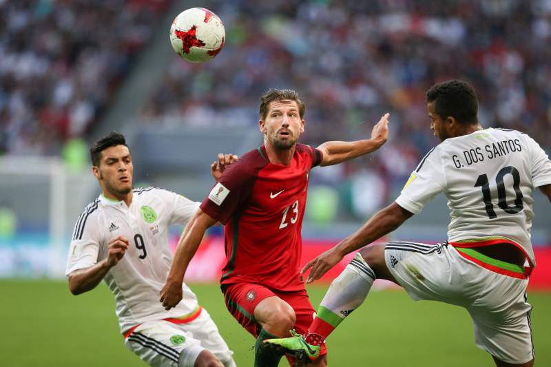 Raúl Jiménez disputa uma bola com Adrien e Giovani dos Santos