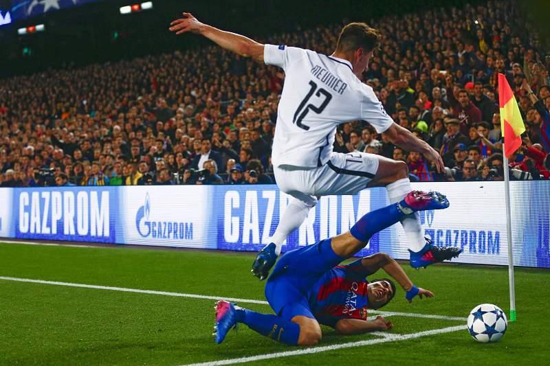 Thomas Meunier e Luis Suarez disputam a bola