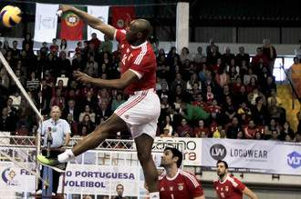 Benfica conquista Ta
