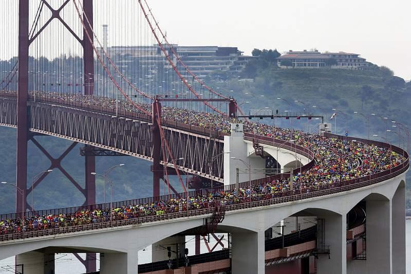 Imagem da Ponte 25 de abril durante a Maratona de Lisboa