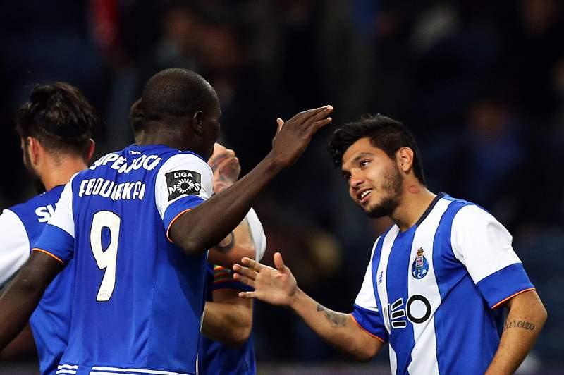 Jesús Corona celebra um golo com Aboubakar frente ao União da Madeira