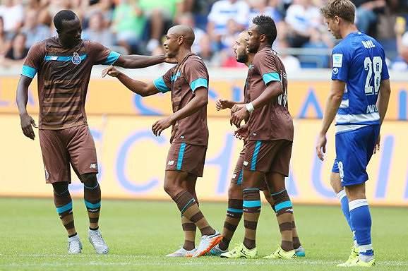 Festa do FC Porto após o segundo golo frente ao Duisburg