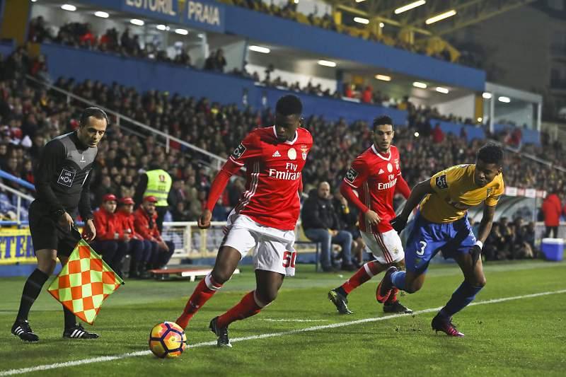 Nelson Semedo em ação no jogo entre Estoril-Praia e Benfica