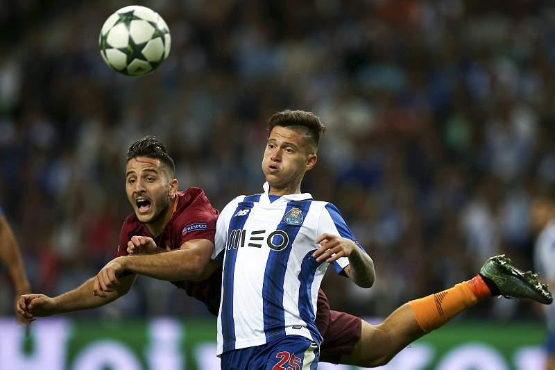 Konstantinos Manolas disputa uma bola com Otávio durante um jogo entre AS Roma e FC Porto
