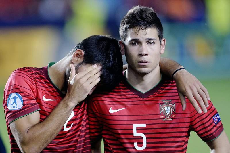 Raphael Guerreiro conforta Esgaio após derrota de Portugal frente a Suécia