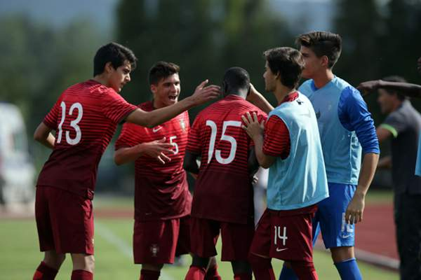 Jogadores portugueses celebram o triunfo sobre a Arménia por 7-0 em sub-17