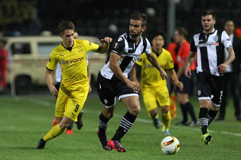 Miguel Vítor conduz a bola durante o jogo entre o PAOK de Salónica e o Borussia Dortmund