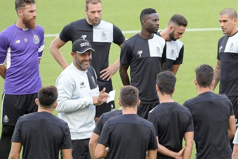 Nuno Espírito Santo durante um treino do FC Porto no Estádio do Dragão