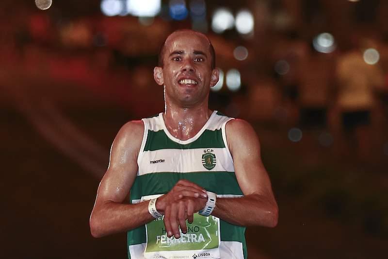O atleta sportinguista Hermano Ferreira corta a meta da São Silvestre de Lisboa