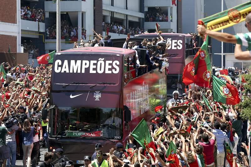 Autocarro da Seleção de Portugal recebida em festa