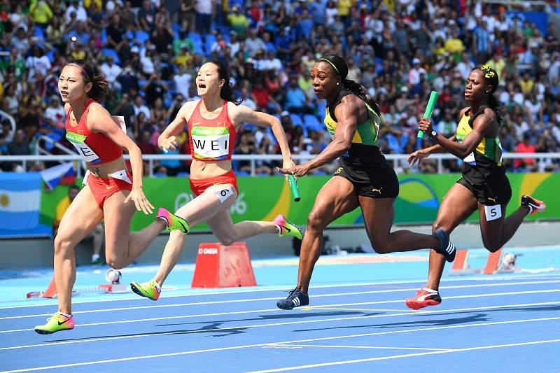 As chinesas Ge Manqi e Wei Yongli em ação na prova dos 4x100 metros