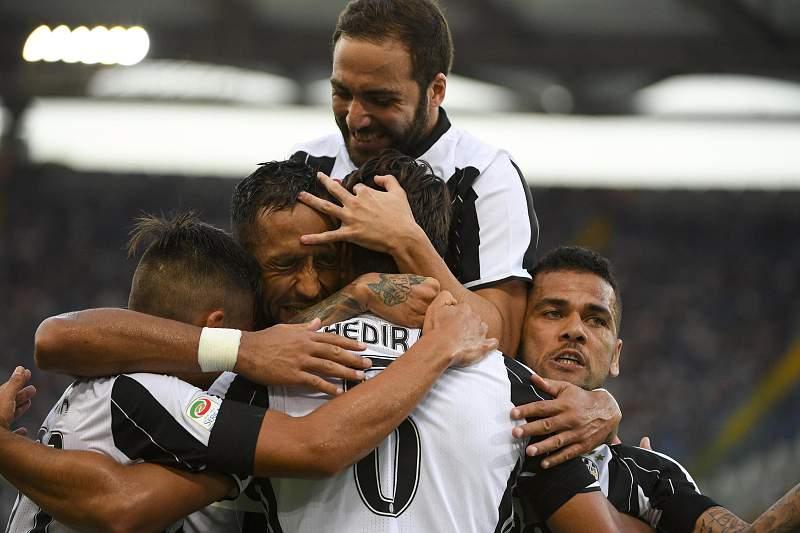 Sami Khedira (C) celebra um golo da Juventus