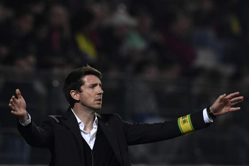 Vasco Seabra dá indicações durante o jogo com o Benfica