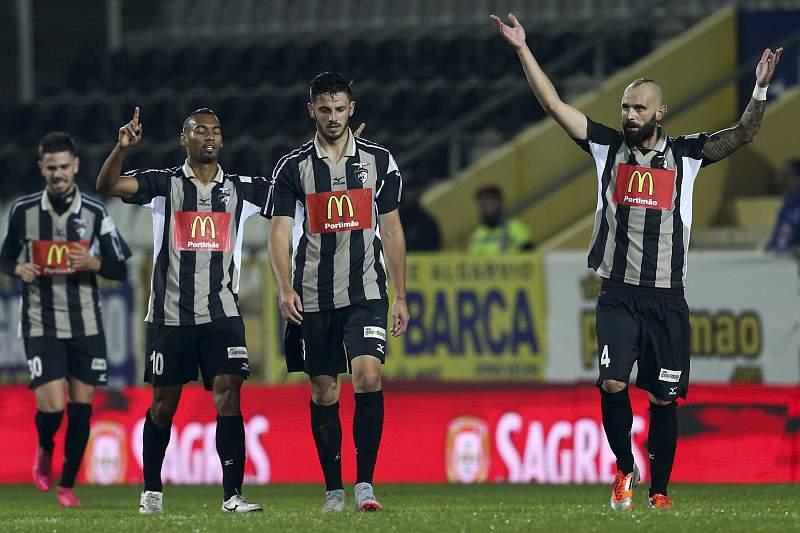 Os jogadores do Portimonense celebram a marcação de um golo