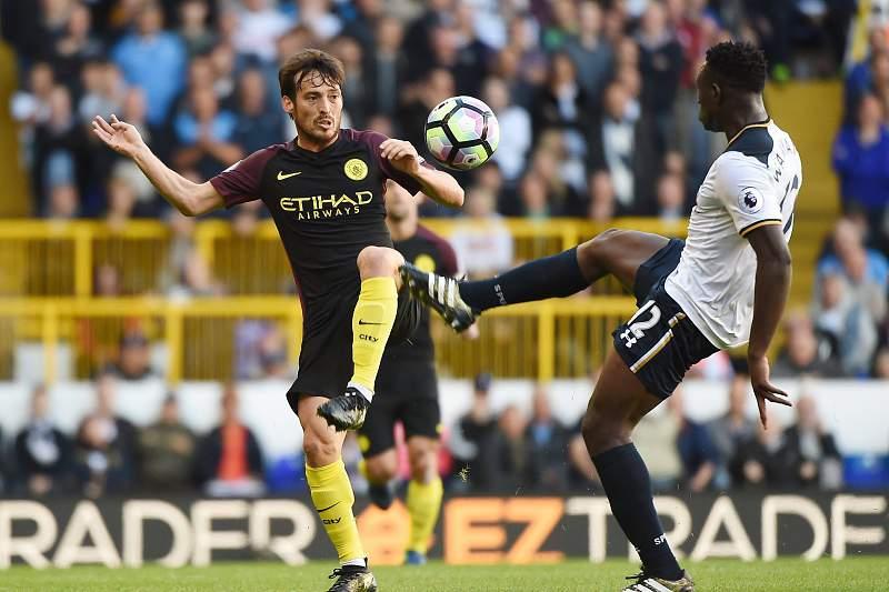 David Silva disputa uma bola com Victor Wanyama do Tottenham