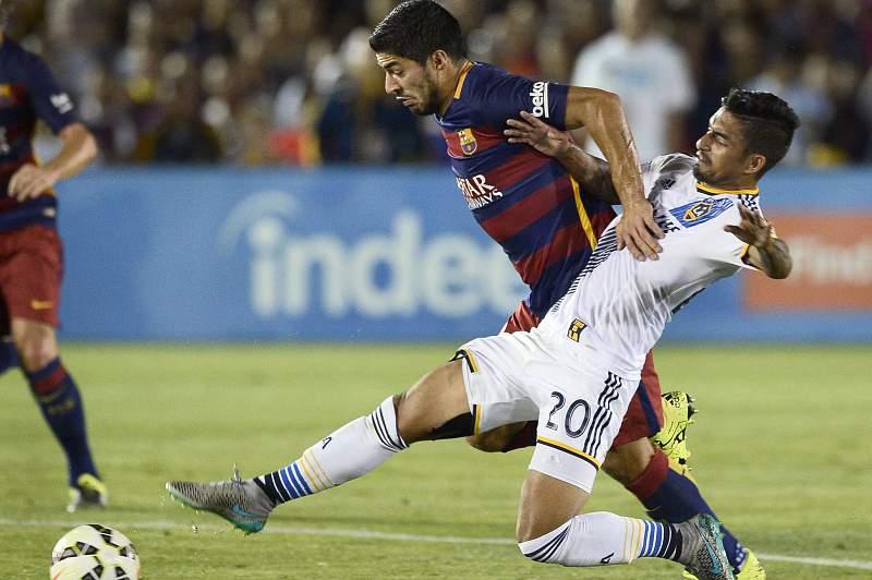 Luis Suarez disputa a bola com AJ DeLaGarza dos LA Galaxy