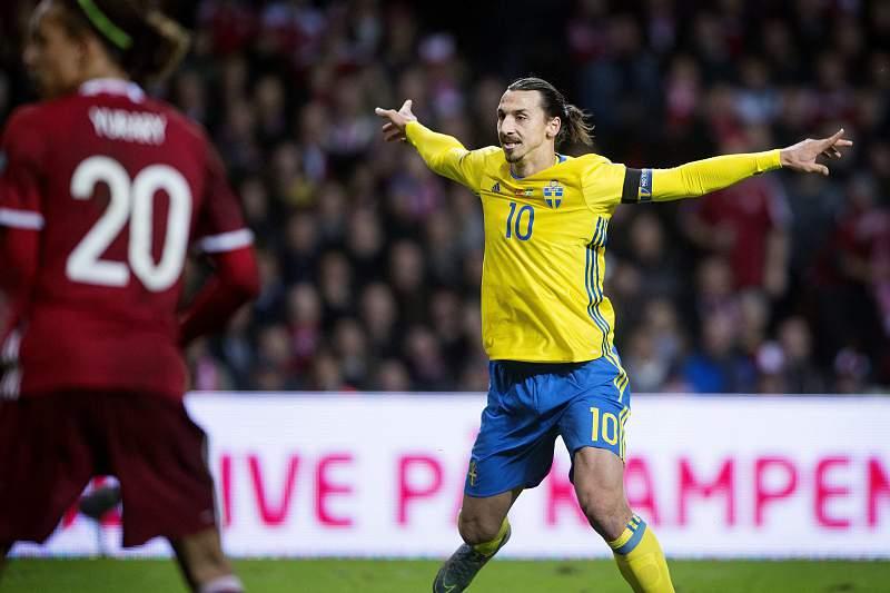 Zlatan Ibrahimovic celebra o primeiro golo da Suécia
