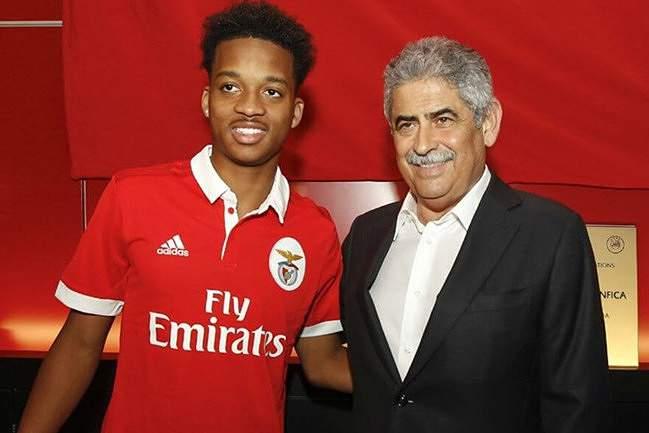 Chris Willock assinou pelo Benfica: